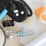 Sprytna kosmetyczka – 10 codziennych drobiazgów, które uratują każdą podróż