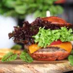 Burger w czerwonej brioszce – przepis prawie z Ameryki